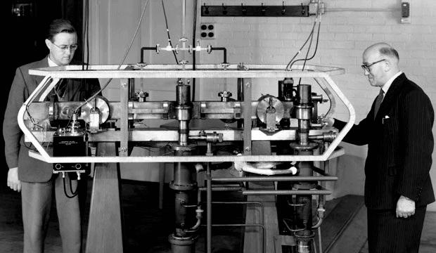 جاك باري (يسار) ولويس إيسن (يمين) مع السيزيوم أم كي. 1 الساعة الذرية